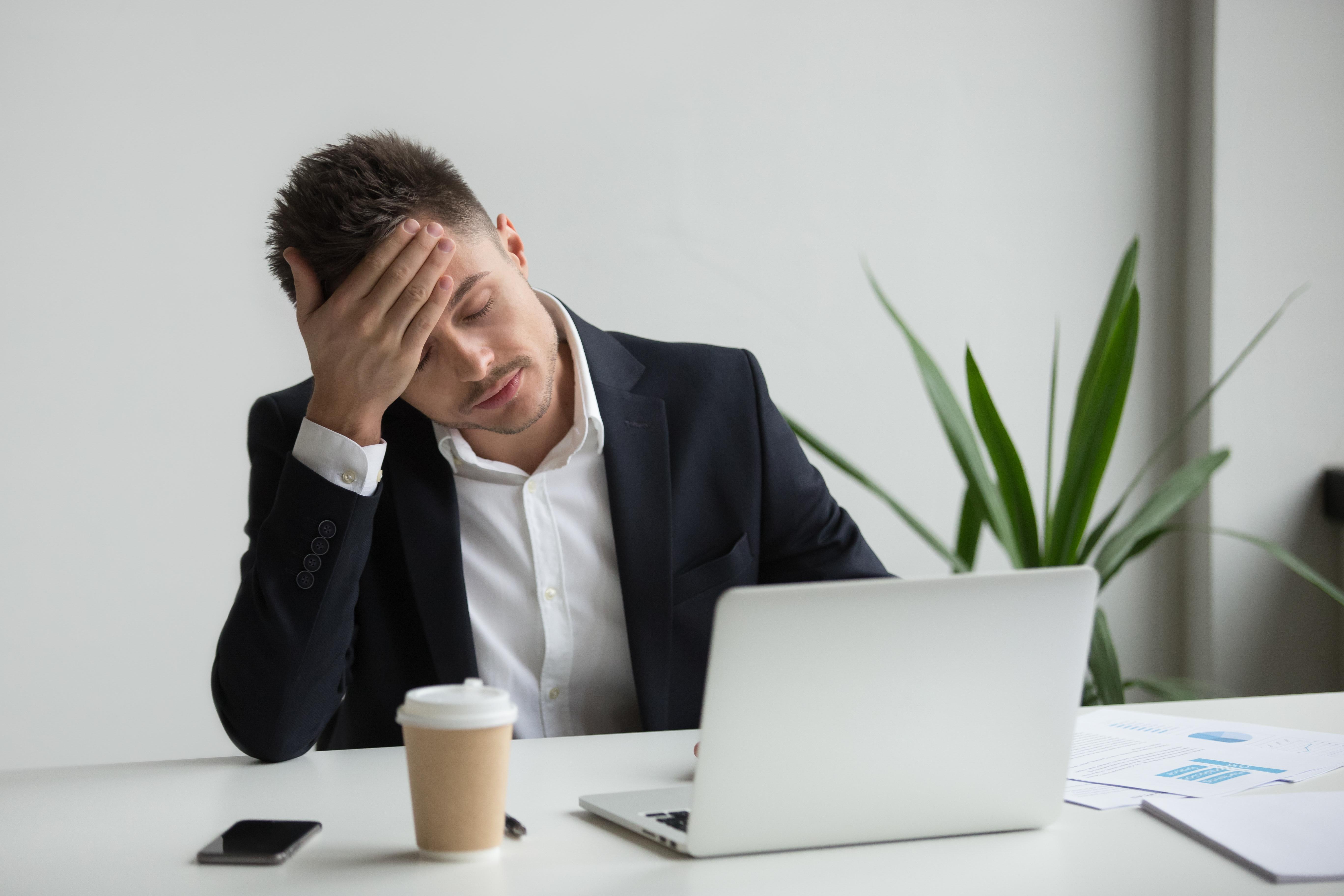 Empleado con estrés y cansancio necesita un masaje en silla