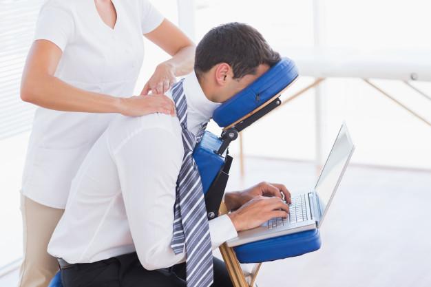 El empleado contrata masaje en silla para aliviar dolores de espalda, cuello.